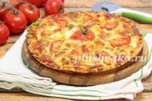 Пицца с курицей, помидорами и сыром