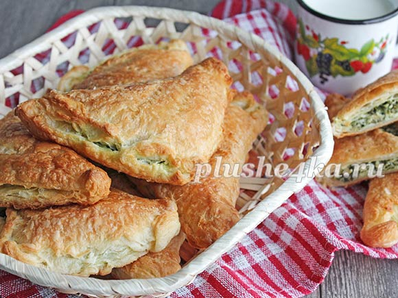 Слоеные пирожки со шпинатом и сыром