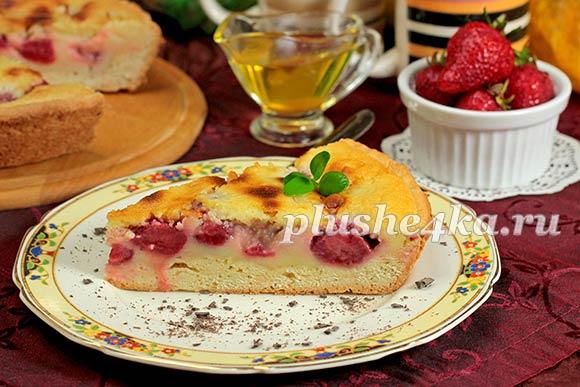 Песочный пирог с клубникой и сметанной заливкой