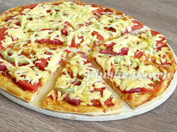 Домашняя пицца с колбасой, помидорами, перцем и сыром