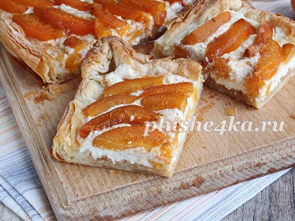 Пирог с абрикосами и творогом из слоеного теста