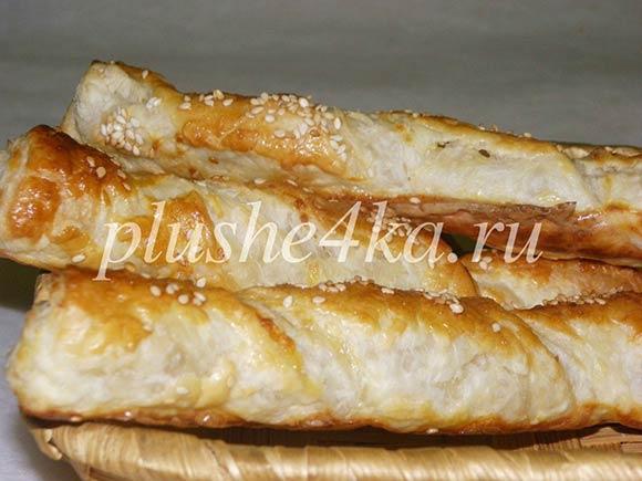 Сырные палочки из готового слоеного теста с кунжутом