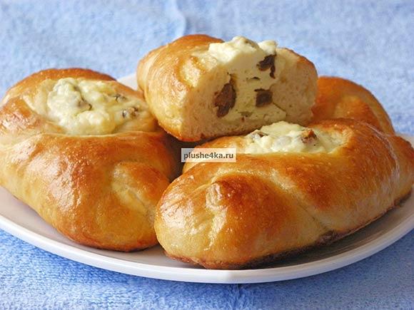 Пирожки с творогом и изюмом, приготовленные в духовке