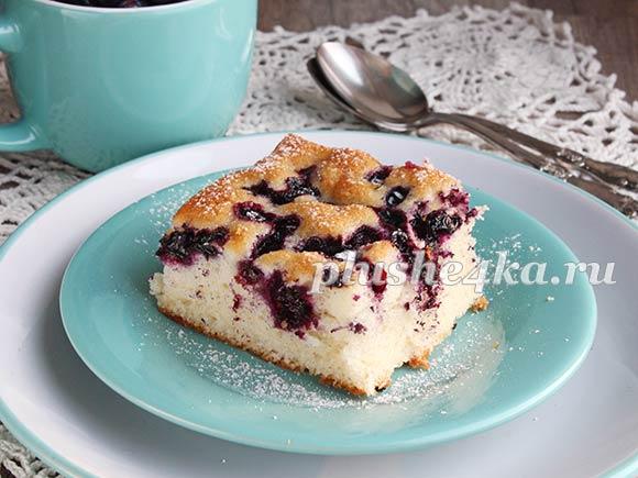 Бисквитный пирог с черникой, приготовленный в духовке