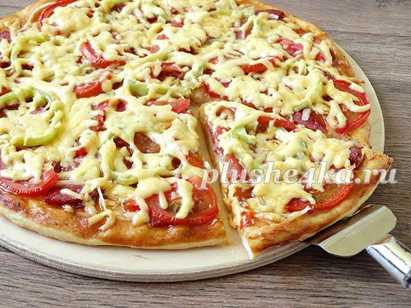 Домашняя пицца с колбасой, помидорами и сыром