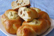 Дрожжевые пирожки с творогом и изюмом