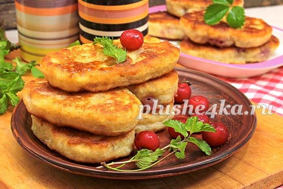 Пирожки с вишней, жареные на сковороде